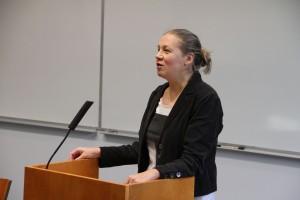 FT Olga Davydova-Minguet puhui muistin politiikoista ylirajaisessa tilassa, keskittyen kansallispäivien juhlintaan Sortavalassa ja Joensuussa. (c) Kalevi Koslonen